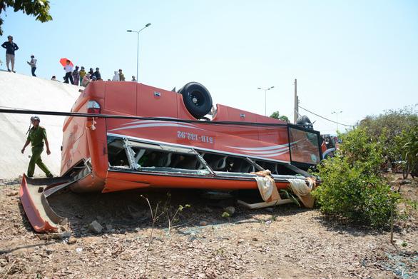 Xe khách lao vực, nhiều du khách Hàn Quốc bị thương - Ảnh 1.