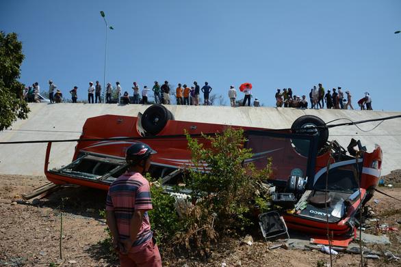 Xe khách lao vực, nhiều du khách Hàn Quốc bị thương - Ảnh 2.
