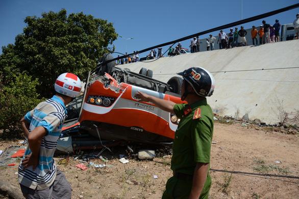 Xe khách lao vực, nhiều du khách Hàn Quốc bị thương - Ảnh 3.