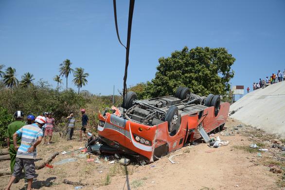 Xe khách lao vực, nhiều du khách Hàn Quốc bị thương - Ảnh 4.