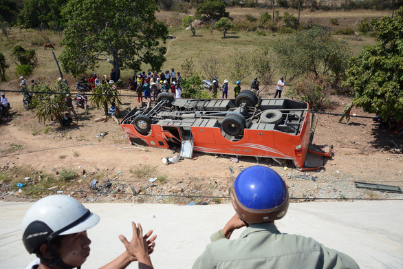 Vụ xe khách lao vực: tài xế đã chết, du khách Hàn Quốc đang cấp cứu - Ảnh 1.