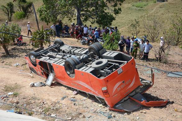 Vụ xe khách lao vực: tài xế đã chết, du khách Hàn Quốc đang cấp cứu - Ảnh 3.
