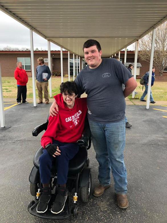Nam sinh trung học làm thêm, dành dụm 2 năm mua xe lăn tặng bạn - Ảnh 1.