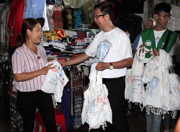 TP.HCM tặng túi tái chế cho người dân trong Ngày làm sạch rác thải nhựa - Ảnh 1.