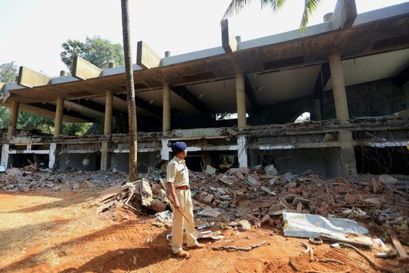 Tòa nhà tỉ phú Ấn Độ bị giật mìn san phẳng - Ảnh 1.