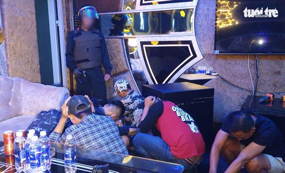 40 thanh niên dương tính với ma túy trong quán karaoke lúc 2h sáng - Ảnh 1.