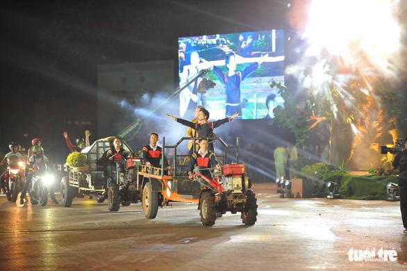 Hoa hậu H'Hen Niê đi máy cày khai mạc Lễ hội cà phê Buôn Ma Thuột - Ảnh 2.