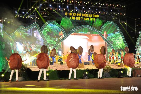 Hoa hậu H'Hen Niê đi máy cày khai mạc Lễ hội cà phê Buôn Ma Thuột - Ảnh 6.