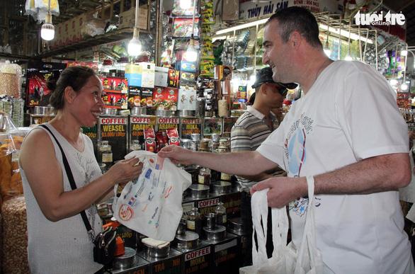 TP.HCM tặng túi tái chế cho người dân trong Ngày làm sạch rác thải nhựa - Ảnh 3.