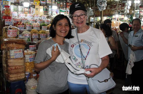 TP.HCM tặng túi tái chế cho người dân trong Ngày làm sạch rác thải nhựa - Ảnh 4.