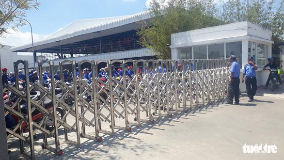 Hàng trăm công nhân ngưng việc đòi quyền lợi ngày 8-3 - Ảnh 2.