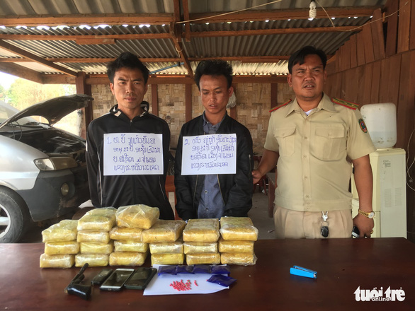 Phối hợp bắt nóng bên Lào hai tên thủ súng, mang theo 118.000 viên ma túy - Ảnh 1.