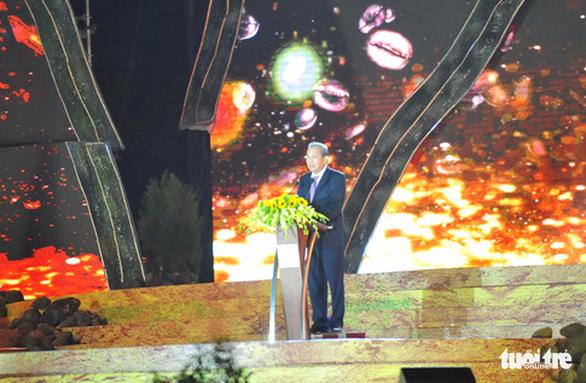 Hoa hậu H'Hen Niê đi máy cày khai mạc Lễ hội cà phê Buôn Ma Thuột - Ảnh 3.