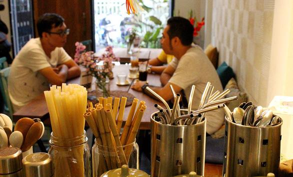 Khách vô nhiều quán Sài Gòn bất ngờ với ống hút tre, rau muống, cỏ bàng... - Ảnh 3.