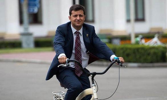 Diễn viên hài Vladimir Zelensky dẫn đầu cuộc đua tổng thống Ukraine - Ảnh 1.