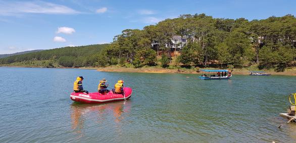Bơi thuyền trên hồ Tuyền Lâm, một người mất tích - Ảnh 1.