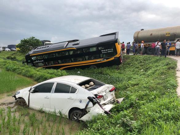 Tai nạn liên hoàn, xe khách và xe con lao xuống ruộng - Ảnh 1.