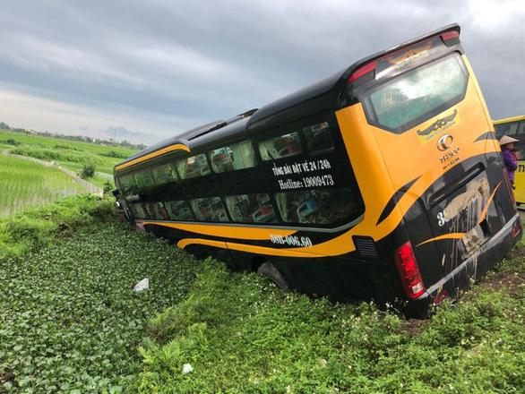 Tai nạn liên hoàn, xe khách và xe con lao xuống ruộng - Ảnh 4.