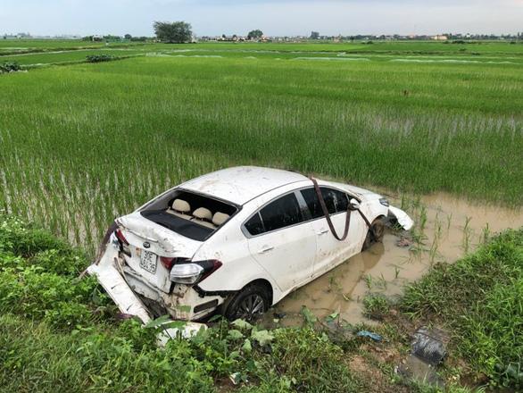 Tai nạn liên hoàn, xe khách và xe con lao xuống ruộng - Ảnh 3.