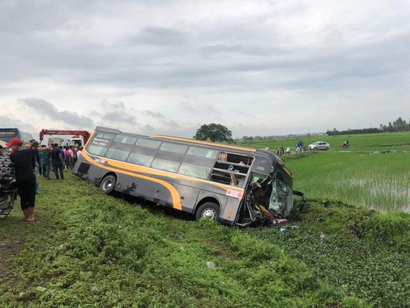 Tai nạn liên hoàn, xe khách và xe con lao xuống ruộng - Ảnh 2.