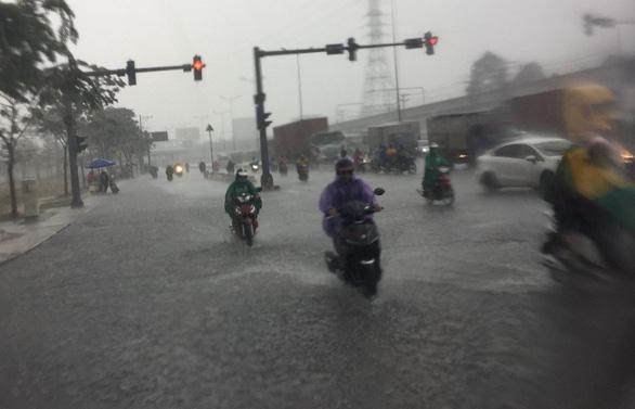 TP.HCM xuất hiện mưa vàng giải nhiệt - Ảnh 2.