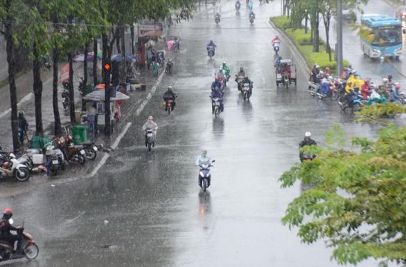 Nhiều xe bị ngã trong cơn mưa vàng bất ngờ ở TP.HCM - Ảnh 7.