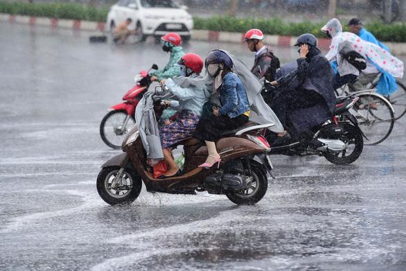 Nhiều xe bị ngã trong cơn mưa vàng bất ngờ ở TP.HCM - Ảnh 5.