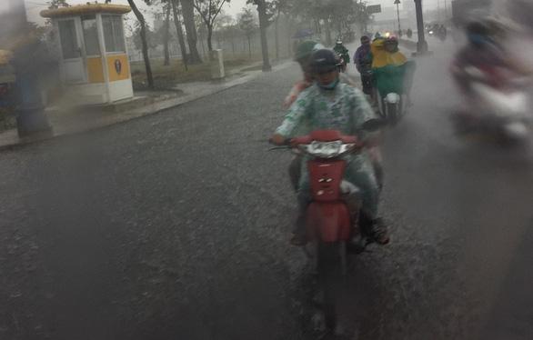 TP.HCM xuất hiện mưa vàng giải nhiệt - Ảnh 5.