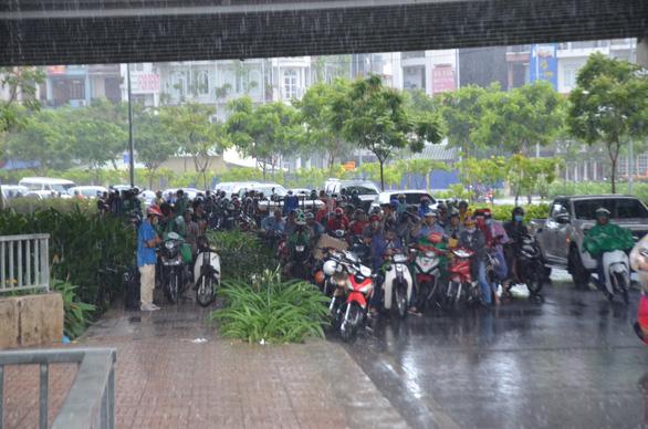 Nhiều xe bị ngã trong cơn mưa vàng bất ngờ ở TP.HCM - Ảnh 8.