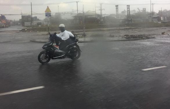 TP.HCM xuất hiện mưa vàng giải nhiệt - Ảnh 3.