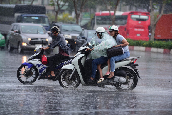 TP.HCM xuất hiện mưa vàng giải nhiệt - Ảnh 1.
