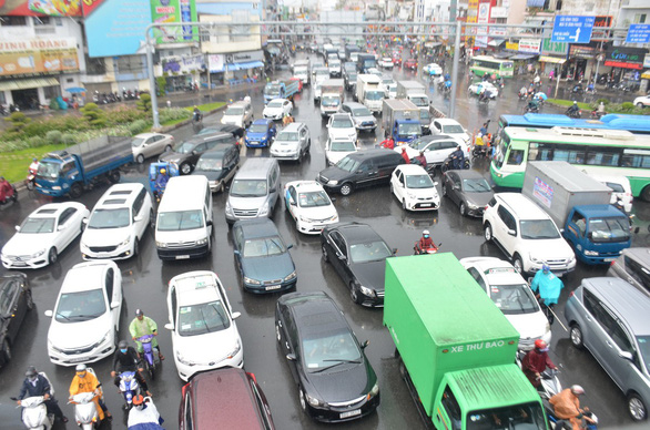 Nhiều xe bị ngã trong cơn mưa vàng bất ngờ ở TP.HCM - Ảnh 9.