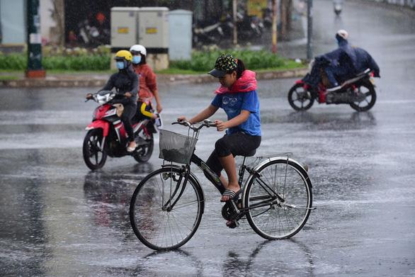 Nhiều xe bị ngã trong cơn mưa vàng bất ngờ ở TP.HCM - Ảnh 4.