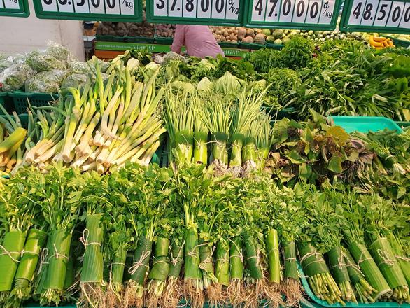 Các siêu thị nhập cuộc cơn lốc gói thực phẩm bằng lá chuối - Ảnh 2.