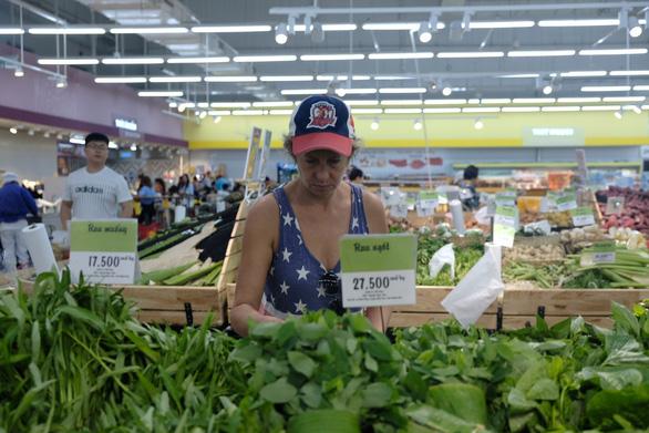 Khách Tây chuộng rau bọc bằng lá chuối trong siêu thị - Ảnh 1.