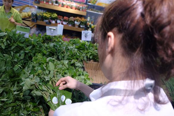 Khách Tây chuộng rau bọc bằng lá chuối trong siêu thị - Ảnh 2.