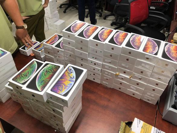 TP.HCM: Tạm giữ lô hàng iPhone, iPad hơn 4 tỉ đồng nghi nhập lậu - Ảnh 1.