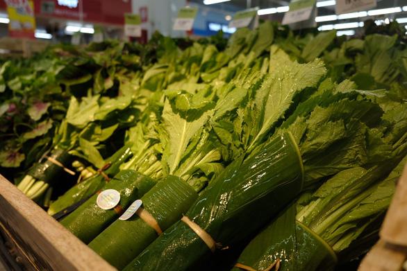Khách Tây chuộng rau bọc bằng lá chuối trong siêu thị - Ảnh 3.