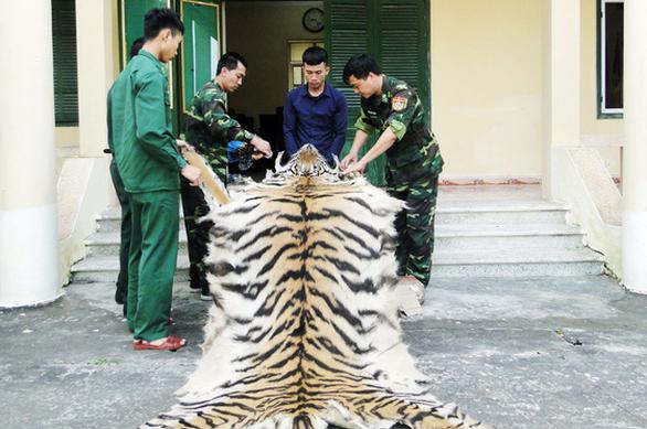 Bắt nam thanh niên mang da, xương hổ sang Trung Quốc bán - Ảnh 1.