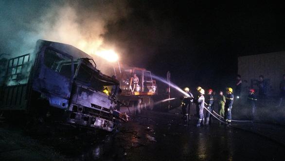 Hai xe tải cháy dữ dội sau va chạm, hai người tử vong - Ảnh 1.