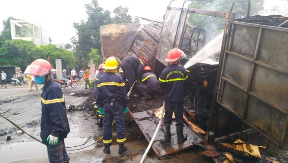 Hai xe tải cháy dữ dội sau va chạm, hai người tử vong - Ảnh 3.