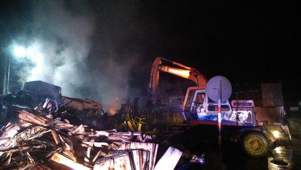 Hai xe tải cháy dữ dội sau va chạm, hai người tử vong - Ảnh 2.