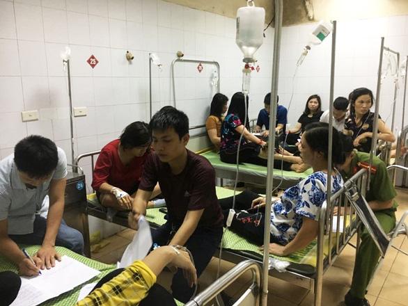 Gần 90 công nhân cấp cứu trong đêm nghi bị ngộ độc thực phẩm - Ảnh 3.