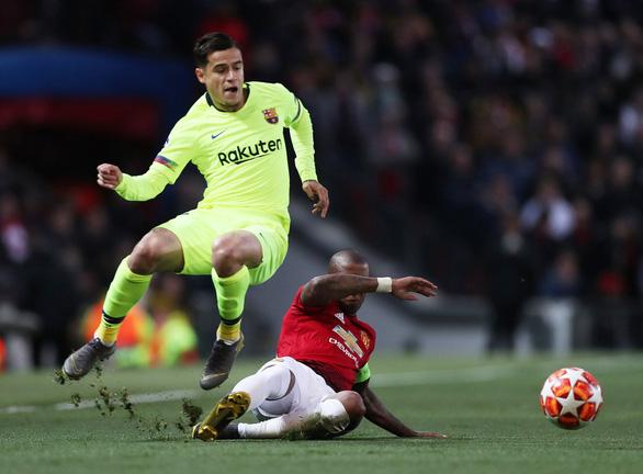 Để thua Barca, CĐV M.U trút giận lên Young - Ảnh 1.