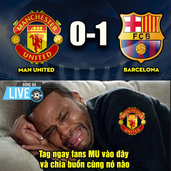 Để thua Barca, CĐV M.U trút giận lên Young - Ảnh 8.