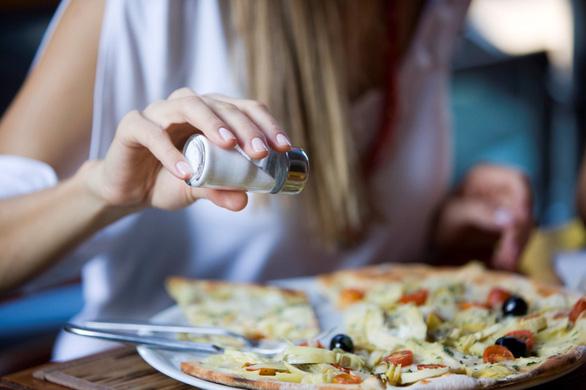 Ăn nhiều muối tăng nguy cơ ung thư dạ dày - Ảnh 1.