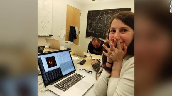 Người phụ nữ tạo thuật toán chụp ảnh hố đen đầu tiên trong lịch sử - Ảnh 1.