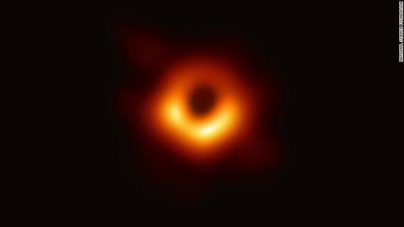 Người phụ nữ tạo thuật toán chụp ảnh hố đen đầu tiên trong lịch sử - Ảnh 2.