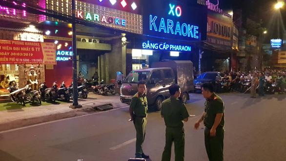 Công an TP.HCM phong tỏa, khám xét xuyên đêm quán karaoke của Phúc XO - Ảnh 1.