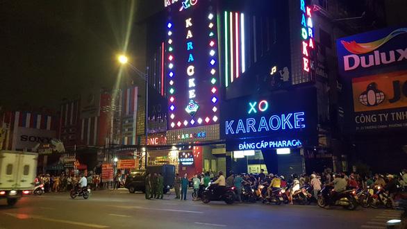 Công an TP.HCM phong tỏa, khám xét xuyên đêm quán karaoke của Phúc XO - Ảnh 2.